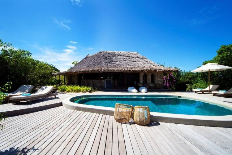 Azura Quilalea pool and bar area