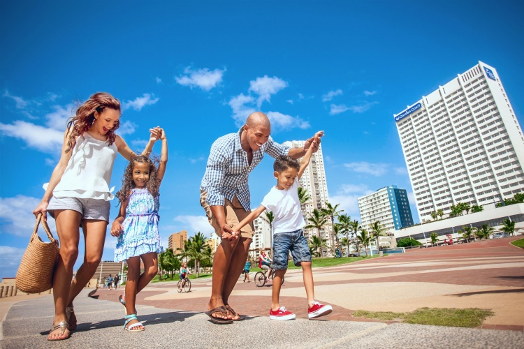 Garden Court South Beach - Family walking along promanade